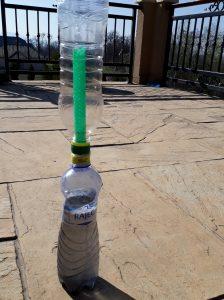 hotova solárna cisticka vody vyrobena z plastovych flias