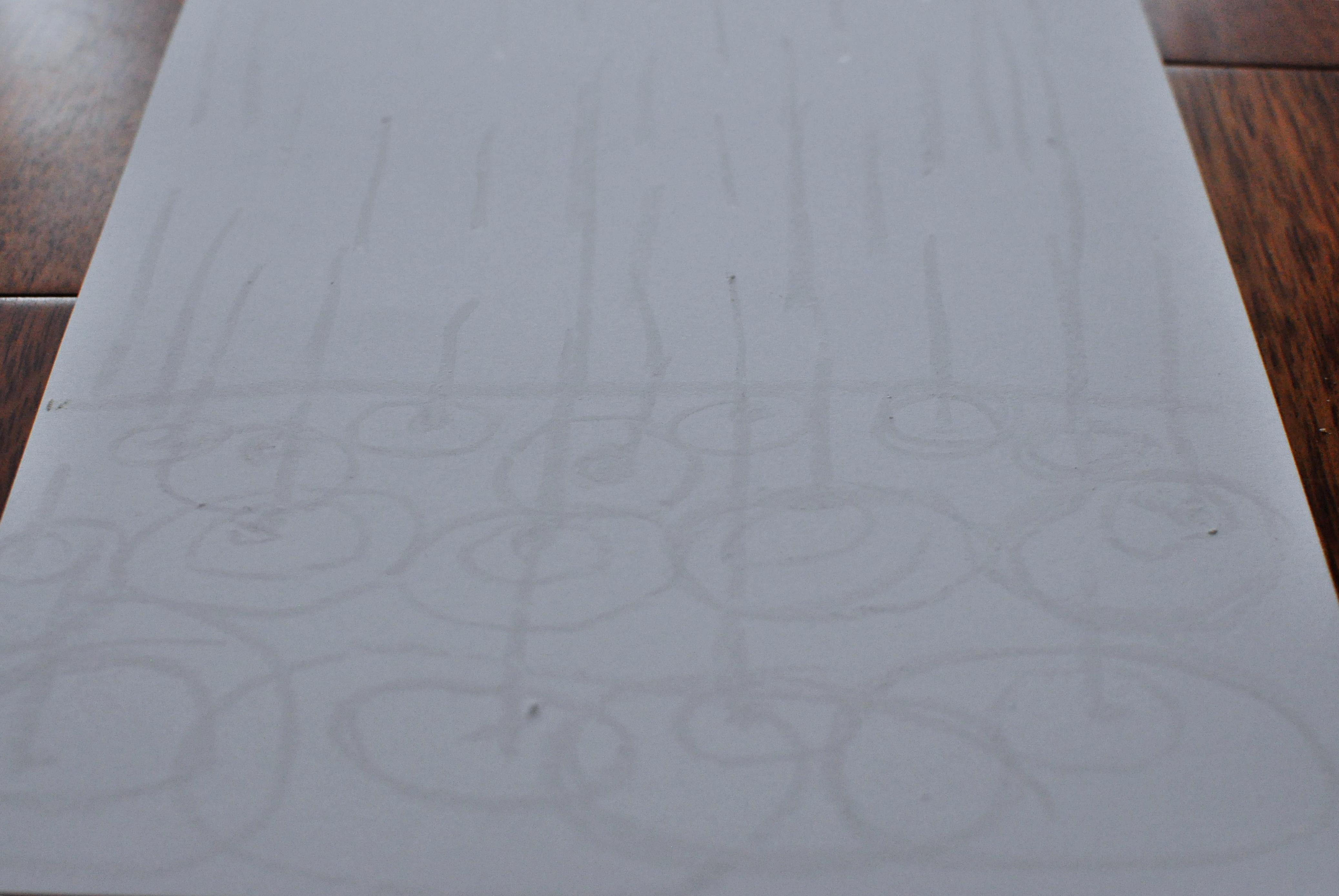 biela voskovka na bielom papieri dážď